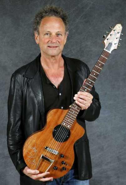 lindsey-buckingham-with-turner guitar